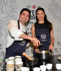 Serkan Güzelcoban und Rebecca Mir bei der gemeinsamen Kochprobe.