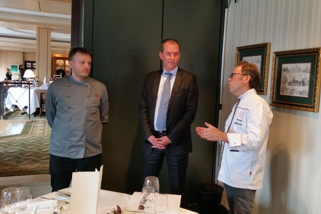 Küchenchef Malte Schreiber und Regionaldirektor Manfred Gugerel (v. l.) freuten sich über den prominenten Besuch im Berlin Capital Club.
