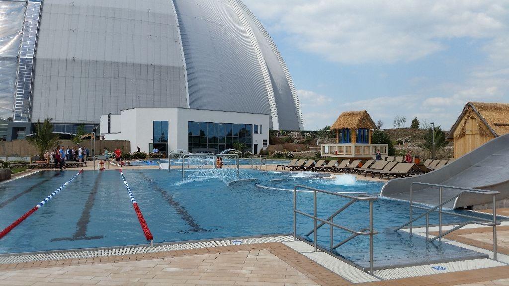 Durch einen Übergang sind Dome und der Wasserpark draußen miteinander verbunden.
