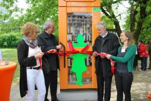 Einweihung der Bücherzelle in der Gertraudenstraße. (Bild: Bezirksamt Mitte)