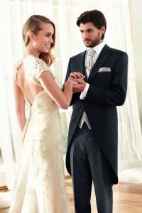 Das Paar ist perfekt aufeinander abgestimmt. Der Bräutigam trägt einen Cut mit Stresemannhose. Foto: Wilvorst