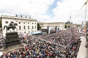 Dicht gedrängt stehen die Besucher auf dem Bebelplatz. Foto: DERDEHMEL