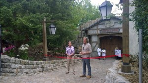 Filmpark-Chef Friedhelm Schatz (re.) und Regisseur Olaf Mordelt eröffneten am 21. Juli die neue Show im Dock 8 des Filmparks Babelsberg. Foto: Bärbel Arlt