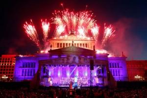 Spektakuläres Feuerwerk über dem Gendarmenmarkt.