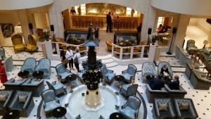 Blick auf die neue und viel luftigere Lobby mit dem Elefantenbrunnen im Mittelpunkt.