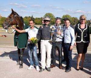 Bei der Siegerehrung gab es Blumen von Misses Marina und den Pokal aus den Händen des Paolella-Chefs.