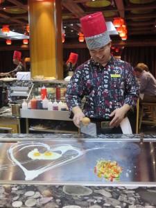 Die Gäste schauen den Köchen gern bei ihren lustig inszenierten Kochkünsten zu.