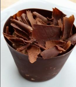 """Baiser, eine feine Schokoladenmousse und dunkle Schokolade - """"Le Merveilleux de Christian""""."""