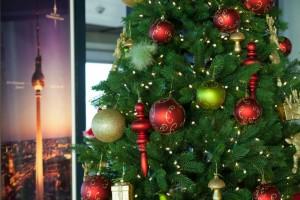 Die Aussichtsplattform ist schon weihnachtlich geschmückt. ©Ariane-Lohmar