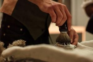 Hier gibt es noch die traditionelle Nassrasur mit Echthaarpinsel, klassischem Rasiermesser und heißen Tüchern.