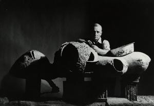 Friedrich Kiesler mit seinem Modell für ein Endless House. New York 1959 Foto: Irving Penn © The Irving Penn Foundation, Condé Nast Publications, Inc.