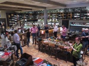 Die Enoteca mit integrierter Bibliothek in Kuchl. Über 2500 Sorten Wein lagern hier.