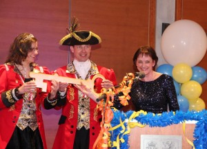 Den Schlüssel zur Landesvertretung hält das Landesprinzenpaar 2017 fest in seinen Händen.