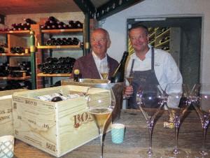 Vater Herrmann und Sohn Andreas Döllerer im Weinkeller.