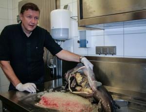 Walter Grüll präsentiert den Kaviar in einem großen Stör.