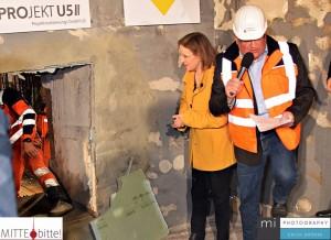 BVG-Chefin Nikutta erwartet die Bauarbeiter am Durchbruch.