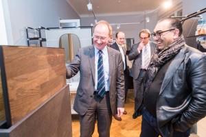 Der Bundestagsabgeordnete Gröhler (l.) bei der Showroom Besichtigung
