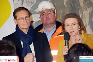 Michael Müller, Jörg Seegers und Dr. Sigrid Nikutta loben die Arbeit der Bauleute.