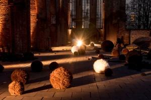 """Ausstellung """"Creatures"""" in der Ruine der Franziskaner Klosterkirche."""
