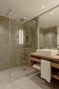 Die geräumigen Bäder sind mit ebenerdiger Dusche ausgestattet.