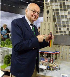Walter Momper mit seiner 3-D-Figur vor dem Schöneberger Rathaus.