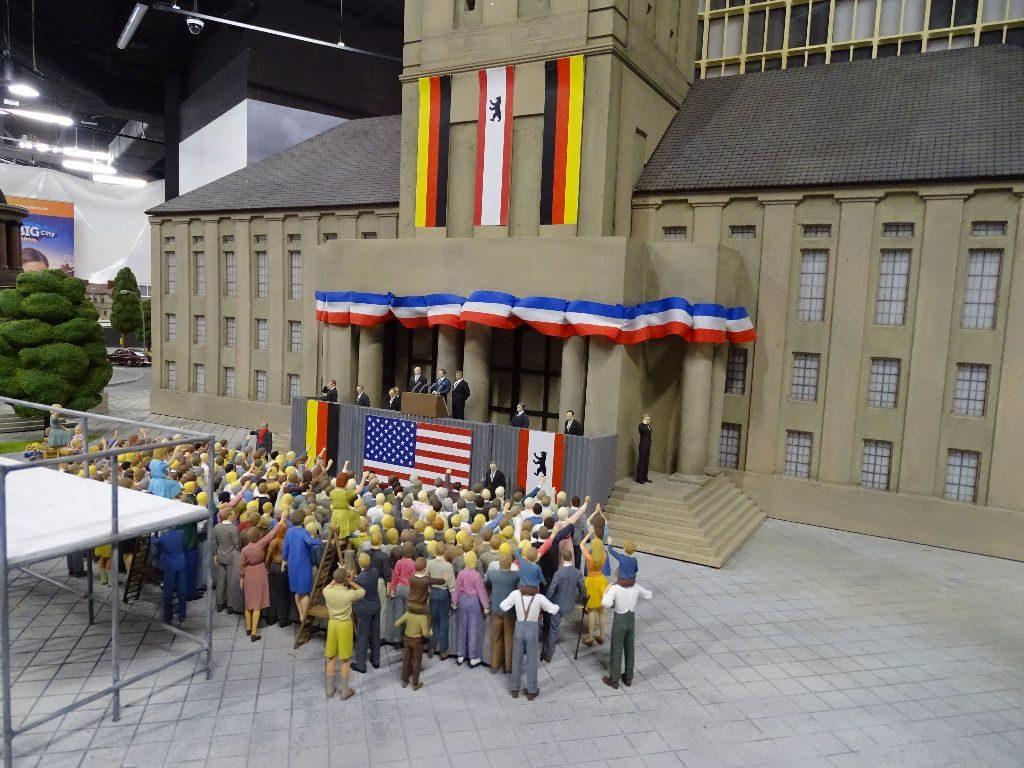 John F. Kennedy vor dem Rathaus Schöneberg.