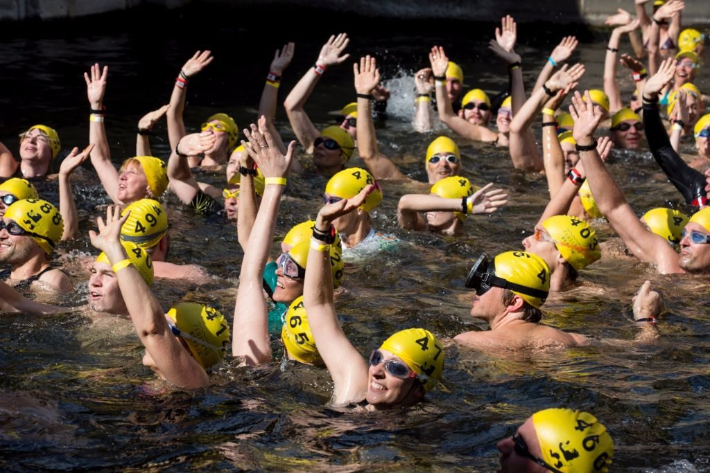 Zum Flussbad-Pokal schwimmen regelmäßig Sympathisanten in der Spree.