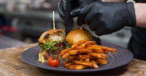 Spezialität des Hauses: Brechts Spezial Beef Burger mit Cheddar gefüllt und Bacon ummantelt.