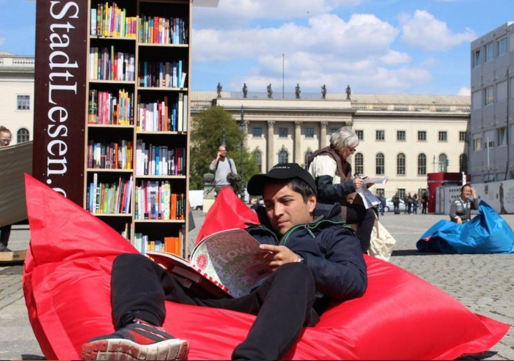 Lesen auf dem Bebelplatz