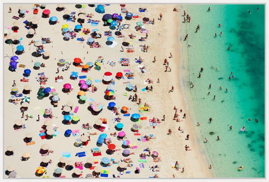 Amadores Beach ist ein echter Fotoabzug unter Acrlyglas im weißen Schattenfugenrahmen aus Ahorn