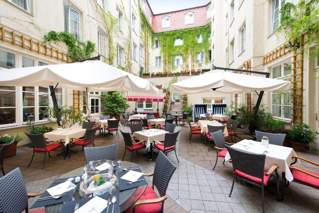 Gäste des Restaurants ALvis genießen im Hofgarten laue Sommerabende.