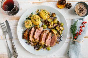 Die Entenbrust mit Ofen-Rosenkohl und Kartoffeln gehört zu unseren Favoriten.