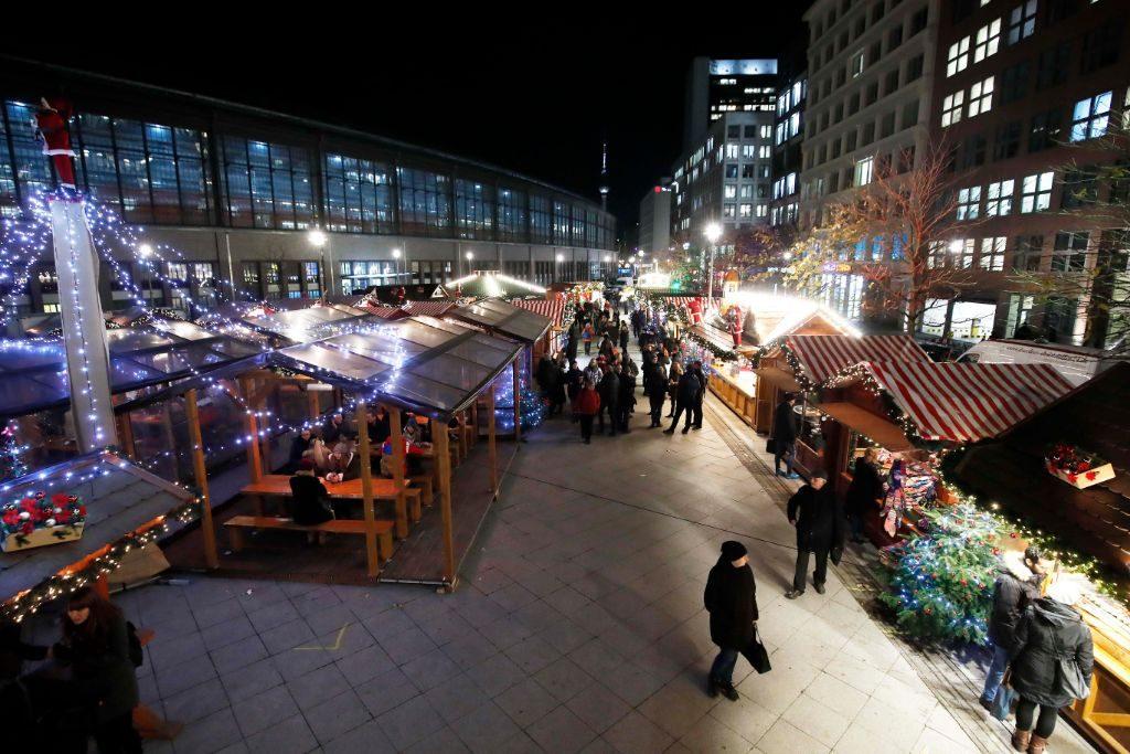 Der Weihnachtsmarkt ist direkt am Bahnhof Friedrichstraße.