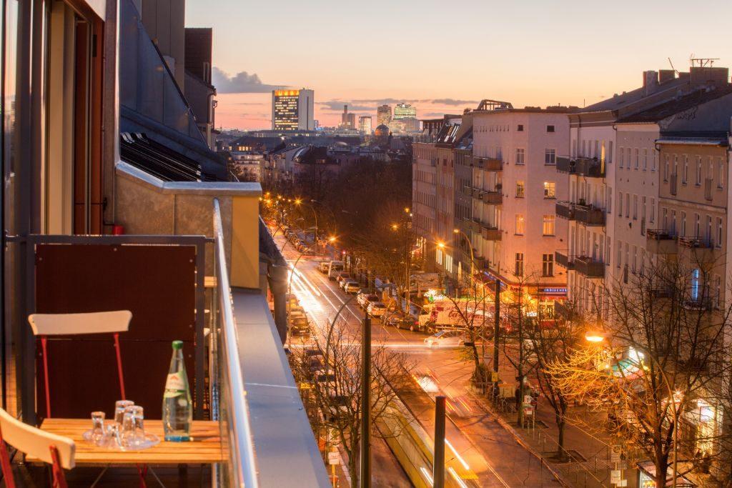 Blick vom Balkon auf die Kastanienallee.