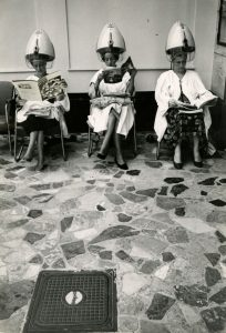 Frauen unter Trockenhauben im Friseursalon Stefan Moses, undatiert © Elsa Bechteler-Moses