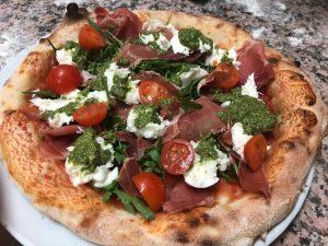 Knuspriger Teig, frische Tomaten und echter Mozarella gehören zu einer echten Pizza.