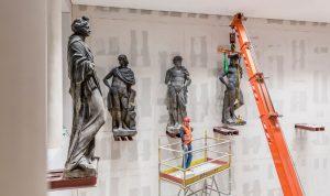 Der Transport und die Einbringung der Schlüter Figuren aus dem Kuppelsaal des Bode Museums ins Humboldt Forum im Berliner Schloss.