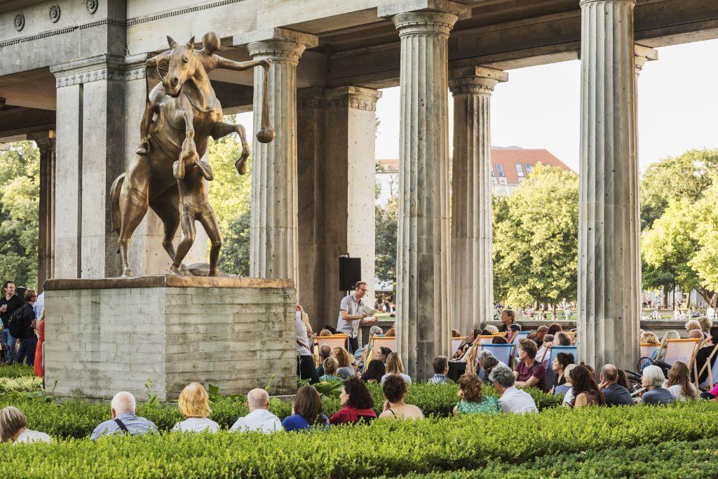 Die Kolonnaden Bar auf der Museumsinsel Berlin.