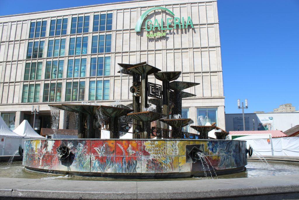 Der Brunnen der Völkerfreundschaft ist einer der 40 Zierbrunnen in Berlin-Mitte.