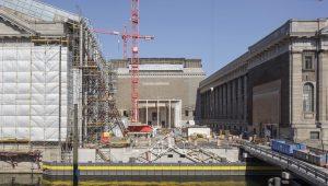 Während im nördlichen Teil des Pergamonmuseums gebaut wird, ist der Südflügel (rechts) für Besucher geöffnet. Fotos: BBR/Peter Thieme