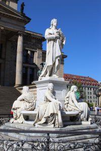 Der Schillerbrunnen auf dem Gendarmenmarkt.
