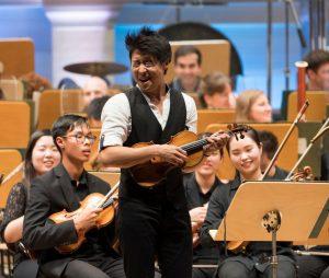 Violonist Charles Yang mit dem Schleswig Holstein Festival Orchester. Foto: Kai Bienert