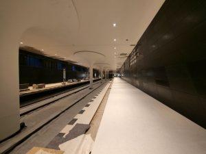 Dunkle Terrazzoplatten im U-Bahnhof Rotes Rathaus.