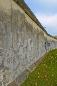 Letzte Mauerreste zeugen von der Friedlichen Revolution.