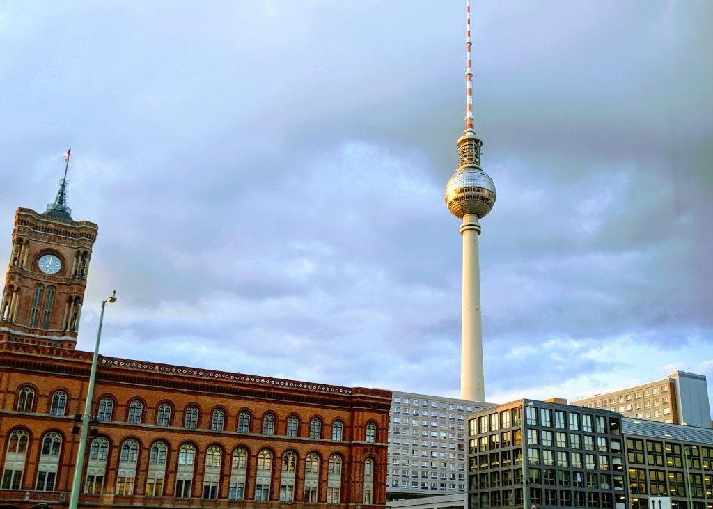 Der Berliner Fernsehturm, Wahrzeichen der Stadt.
