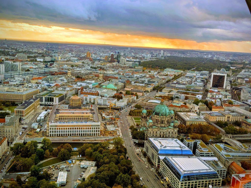 Blick vom Fernsehturm auf das Zentrum der Stadt - MITTE bitte!