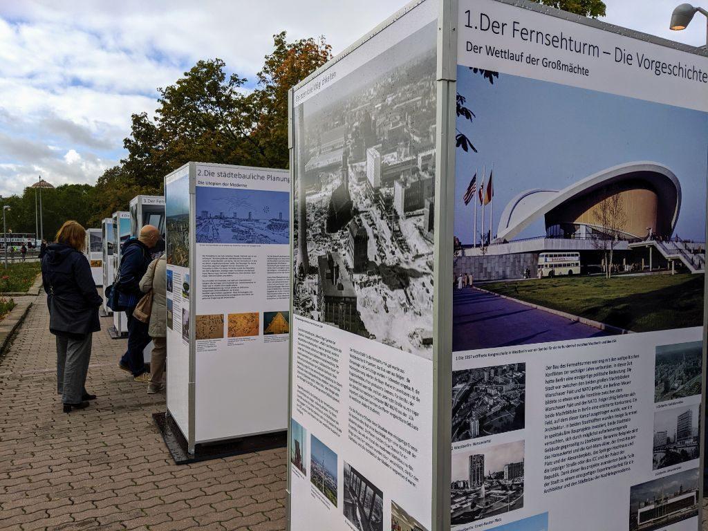 Eine Ausstellung hinter der Marienkirche weiß um die Geschichte des Turms.