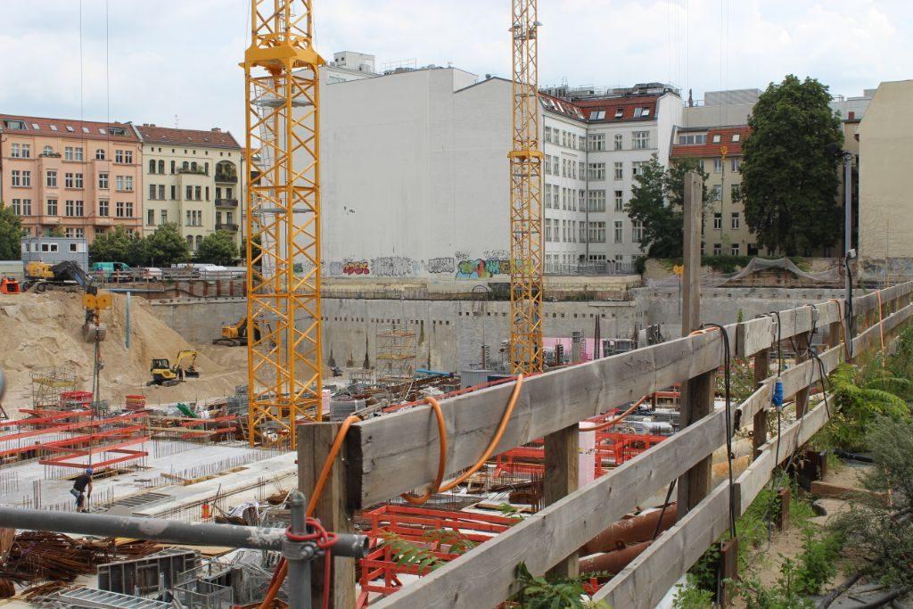 Das Gelände am Tacheles wird seit einigen Jahren neu bebaut. Foto: A. Strebe