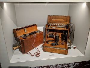 Ein Feldtelefon und ein altes Abhörgerät.