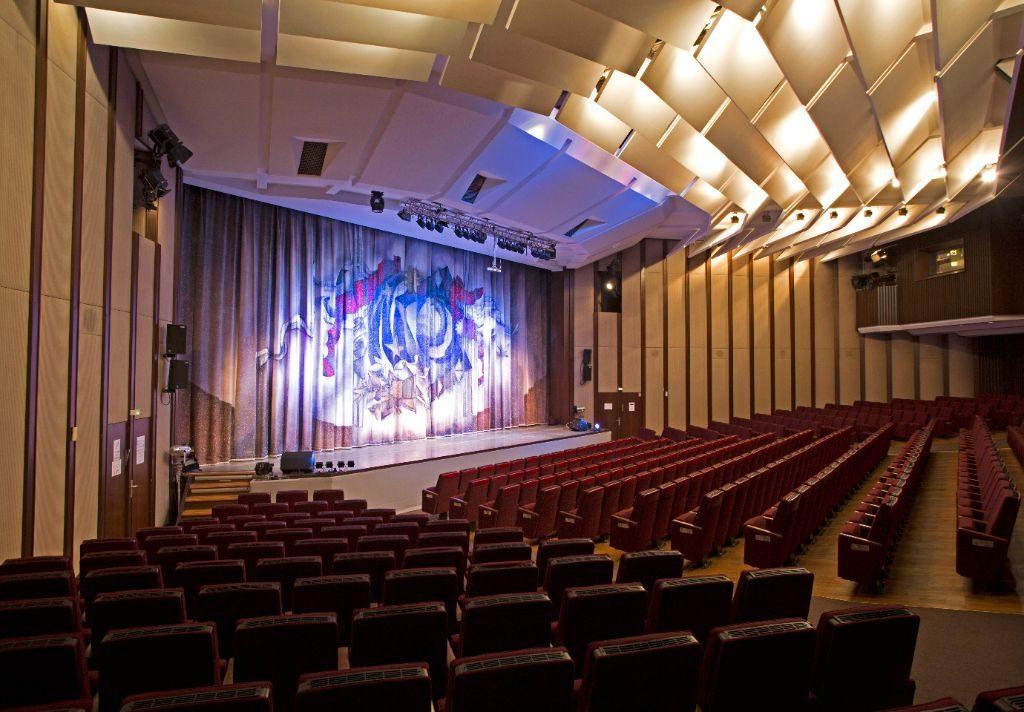 Der Konzertsaal mit Blick auf die Bühne.